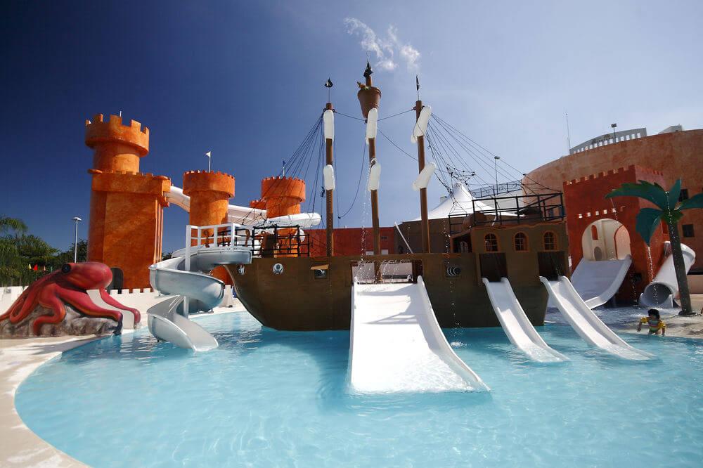 Hotel en Cancún con piscina y toboganes