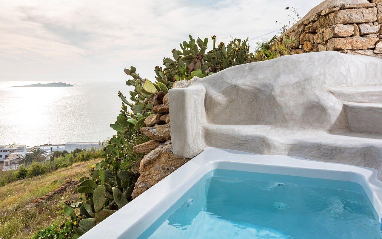 Hotel con bañera de hidromasaje en el exterior