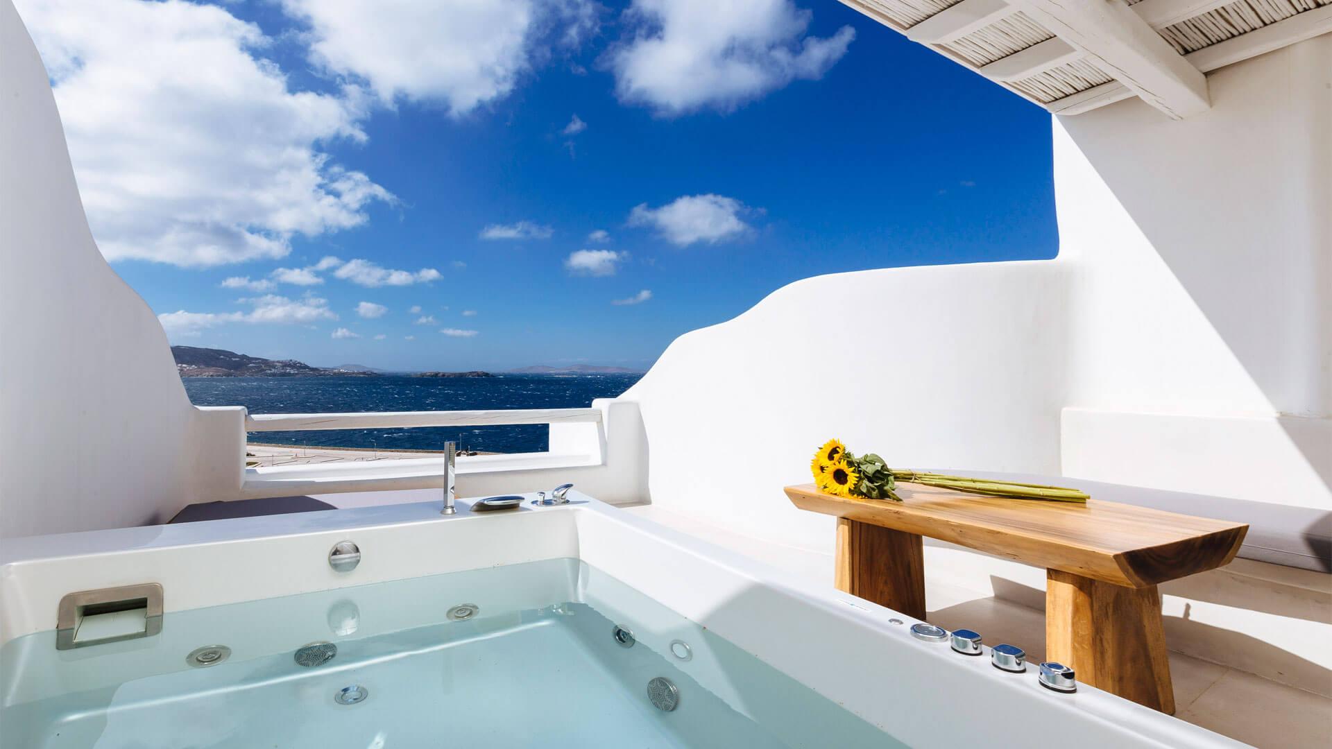 Habitación con jacuzzi exterior y vistas al mar en Mykonos