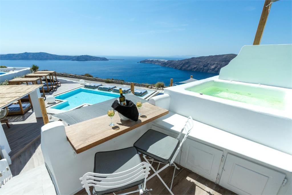 Hotel en Santorini con bañera de hidromasaje al aire libre