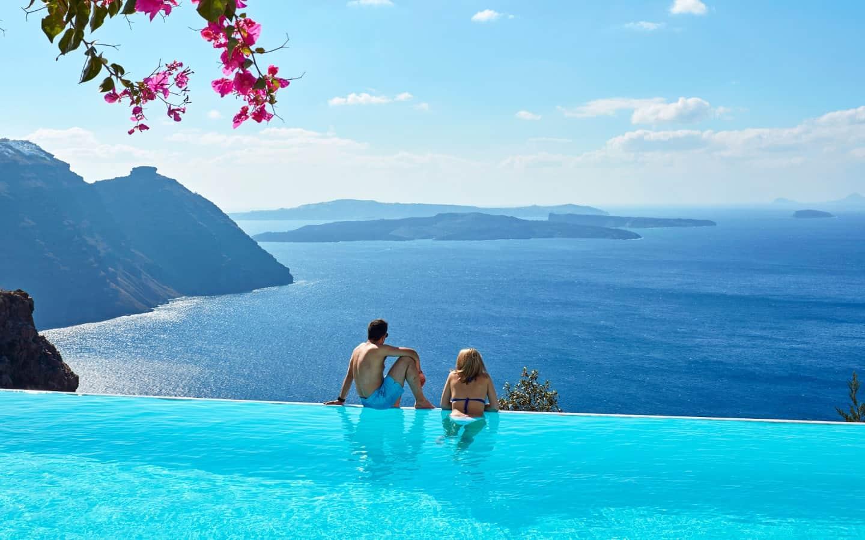 La mejor piscina infinita de Santorini