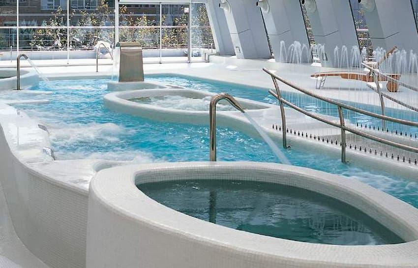 Piscina climatizada del hotel NH Collection Madrid Eurobuilding