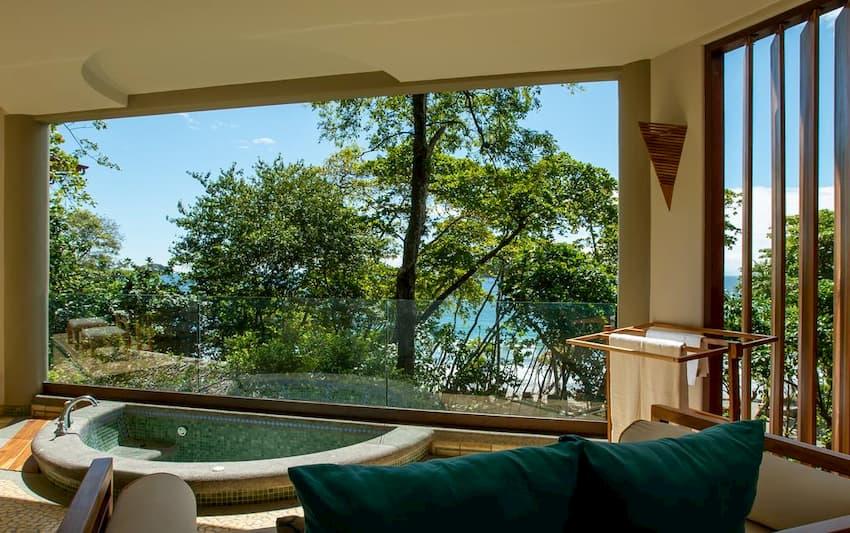 Jacuzzi en la habitación del hotel Arenas del Mar Beachfront & Rainforest Resort